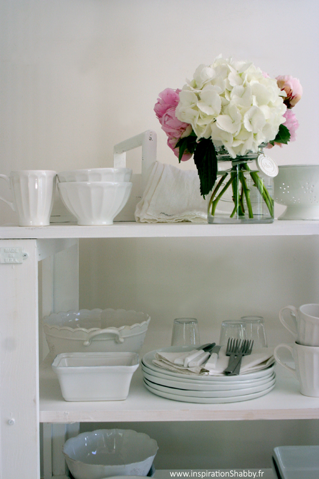 etag res blanches. Black Bedroom Furniture Sets. Home Design Ideas